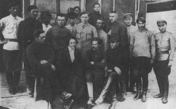Н. І. Махно, Г. А. Кузьменко серед групи інтернованих махновців