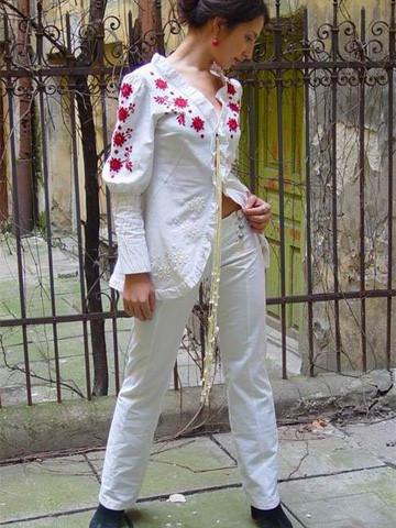 Сучасний білий костюм з вишивкою