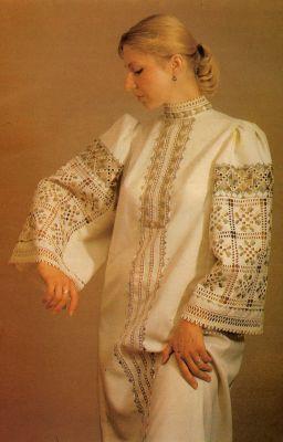 Жіноча сукня з вишивкою 1995 рік