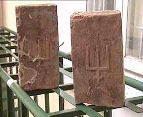 цеглини, на яких зображено знак, схожий на герб Рюриковичів