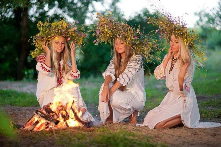 Фото мавок біля вогнища