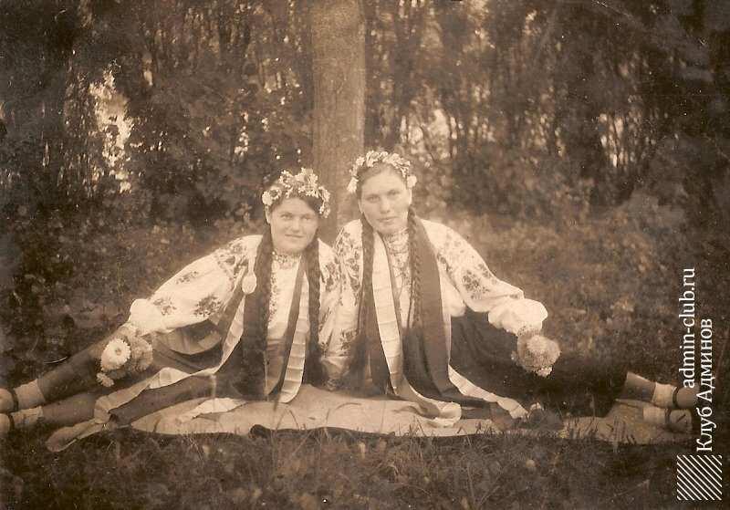 Дівчата в святковому одязі