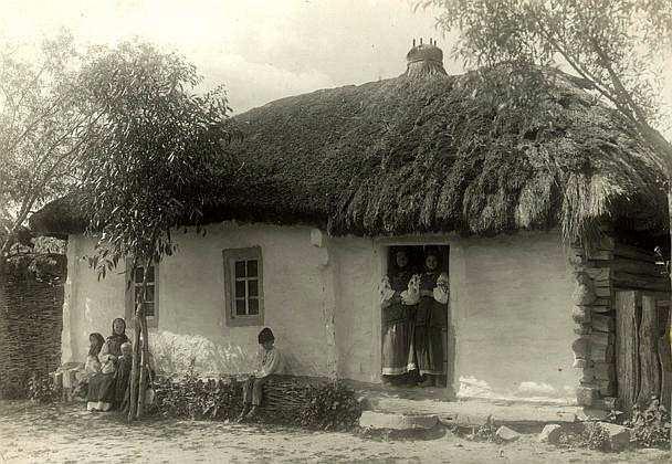 Жінки і діти біля хати