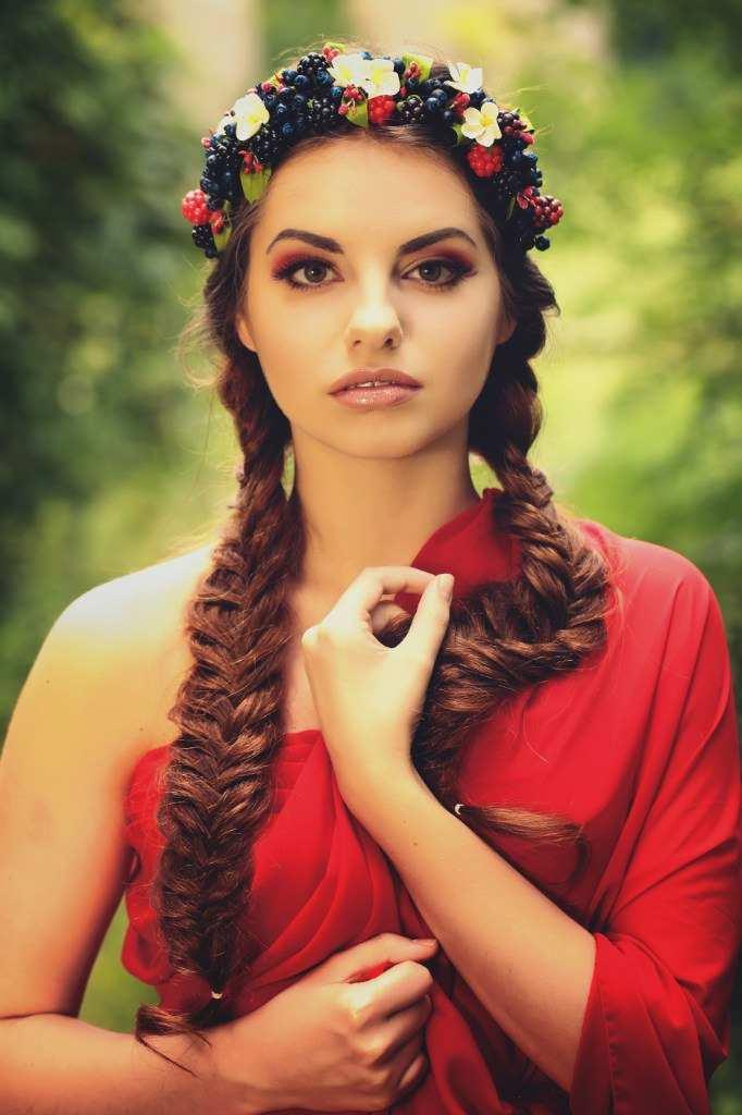 Дівчина в червоній сукні