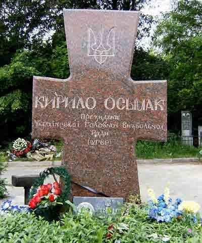 Могила Кирила Осьмака на Байковому кладовищі у Києві