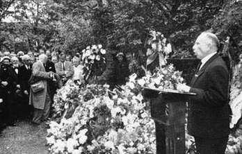 С. Бандера промовляє біля могили Євгена Коновальця