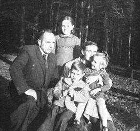 С. Бандера в лісі з родиною