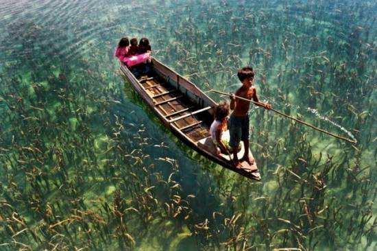 Діти катаються на човні