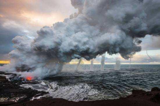 Лава з вулкана Кілауеа виливається в море