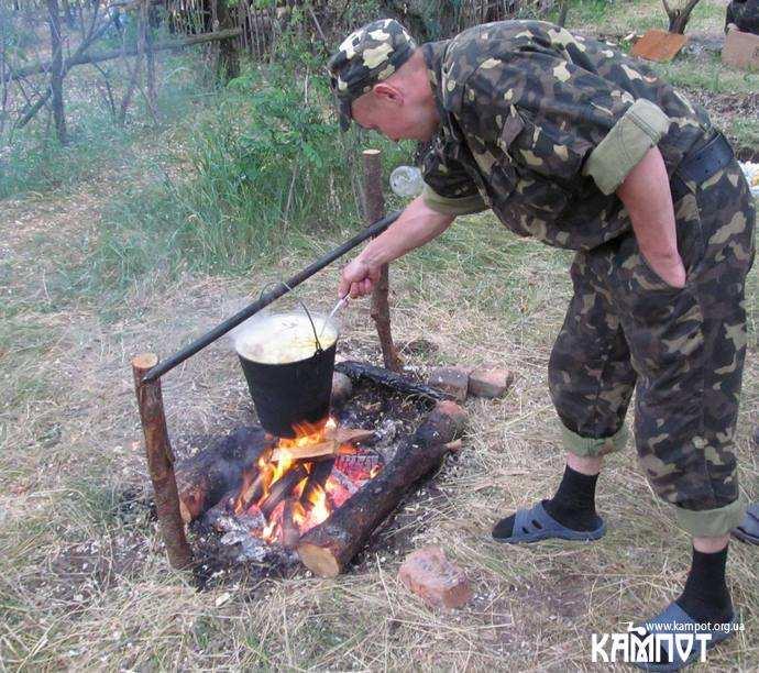 Солдати варять їжу в казані!