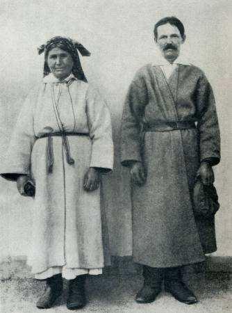 Жінка і чоловік у свитах. Волинська обл.