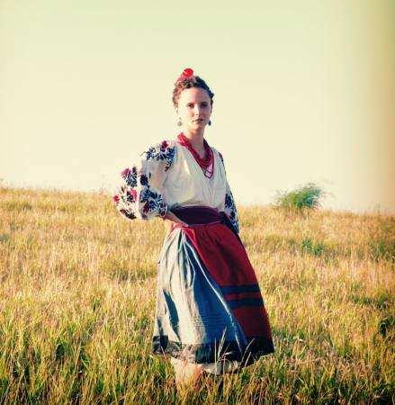Дівчина в національному костюмі