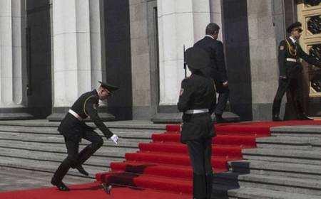 Солдат впав на Порошенка