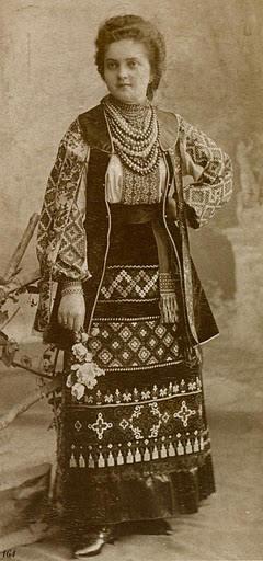 Дівчина зі Львова у святковому вбранні та прикрасах. Фото 1880 р., МІГ.