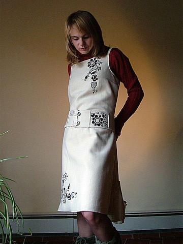 Чорно біла вишивка на сучасній сукні