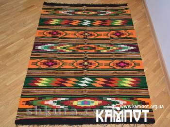 Яскравий килим з шерсті