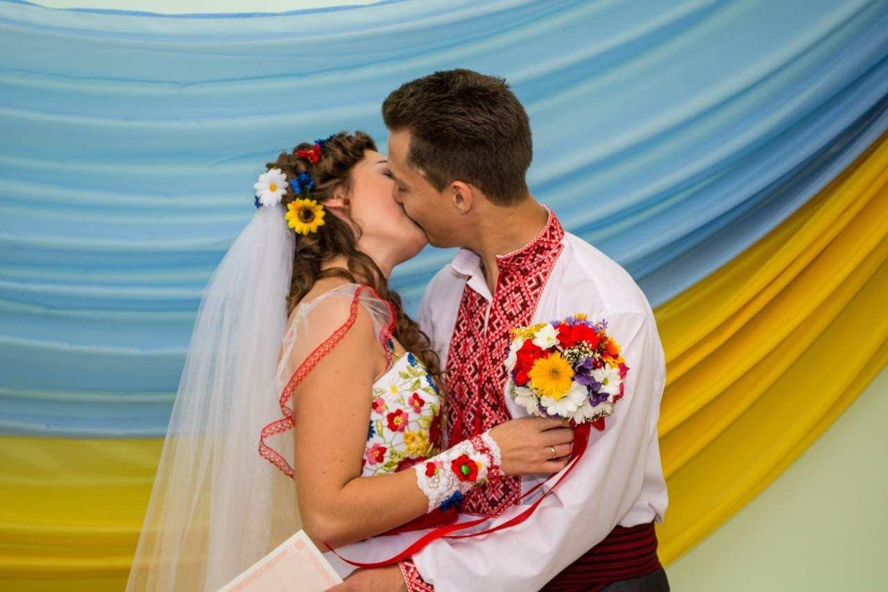 Поцілунок наречених