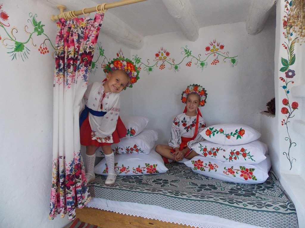Дівчата в українській хаті