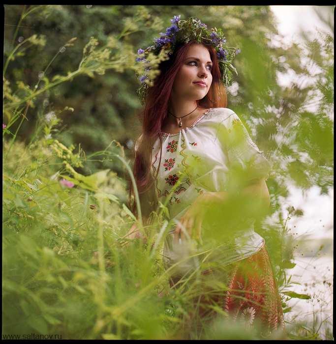 Дівчина в папороті