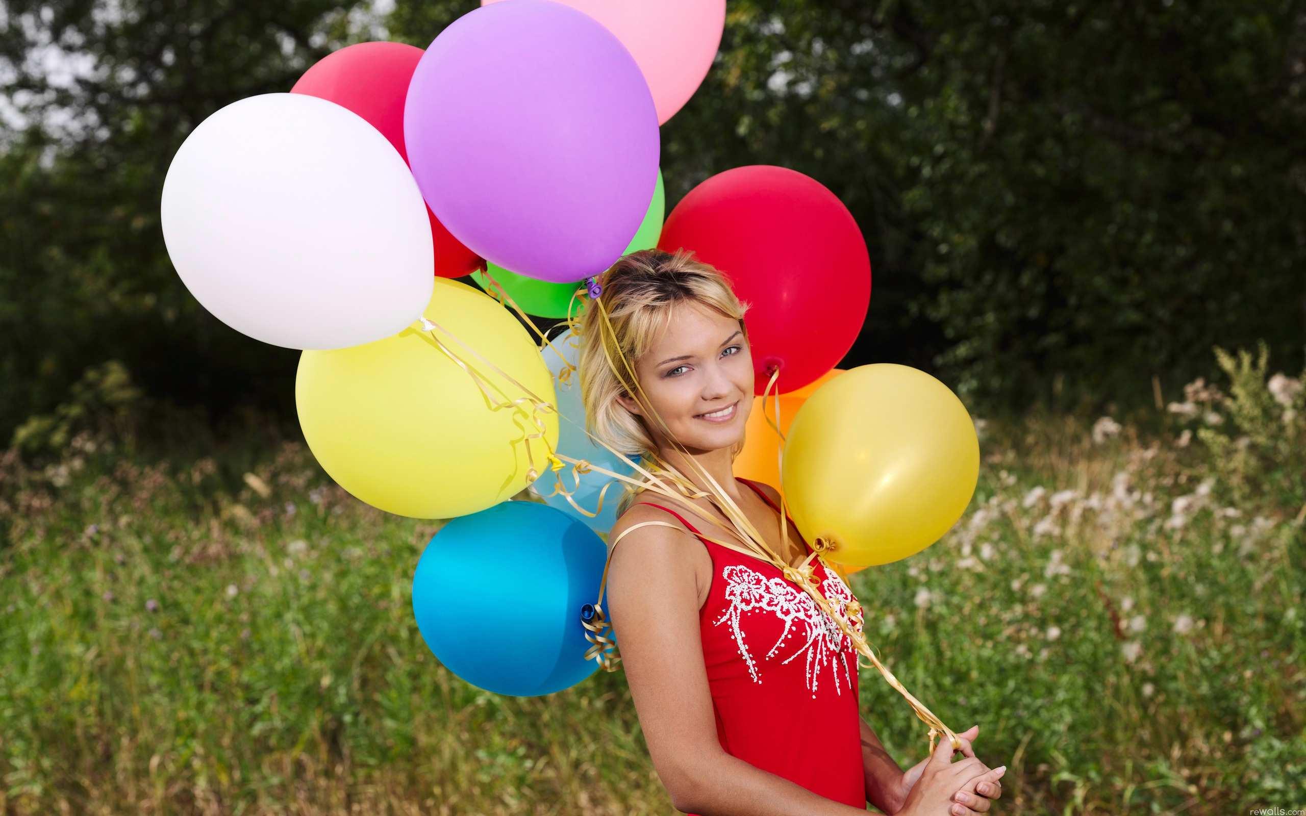 Дівчина з кульками