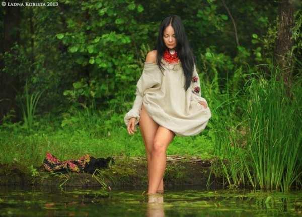 Фотосесія мавки - українки на березі річки