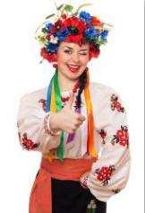 Красива дівчина в національному українському костюмі