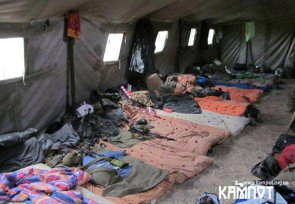 Палатки в яких живуть солдати на сході